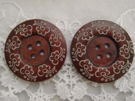 Blommönstrad kaffebrun träknapp, 6 cm