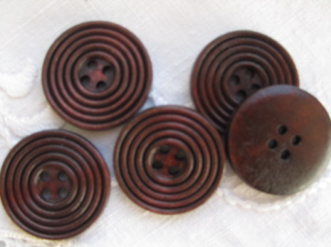 Mörkbrun snidad träknapp, 25 mm