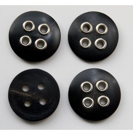 Svart knapp med silverfärgade detaljer, 34 mm